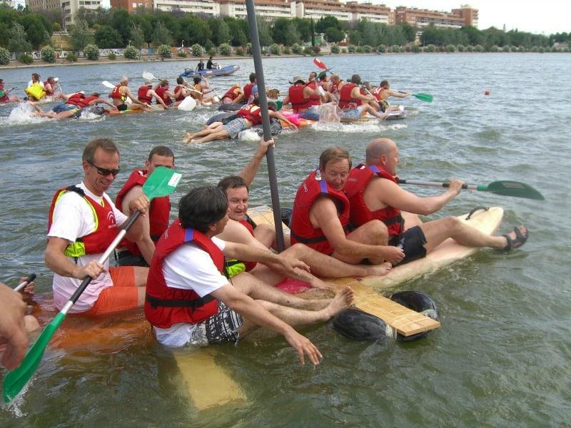Actividad de Team building construccion de balsa en el Rio Guadalquivir en Sevilla