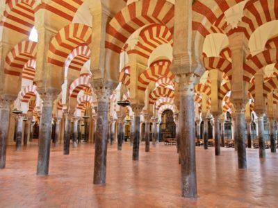Arcos de la mesquita de Cordoba durante una visita desde Sevilla